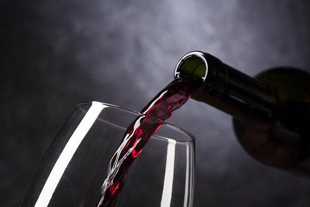 03 conseils pour bien servir du vin